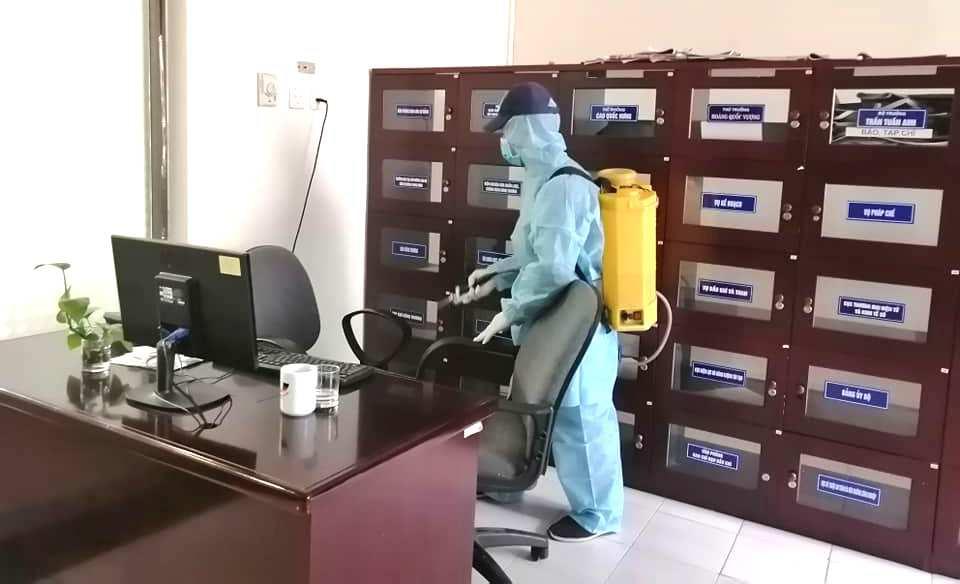 Phun khử khuẩn tại nơi làm việc