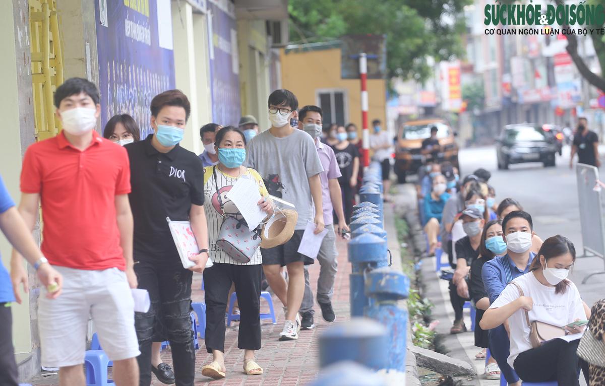 Xếp hàng tiêm chủng Covid-19 tại Hà Nội